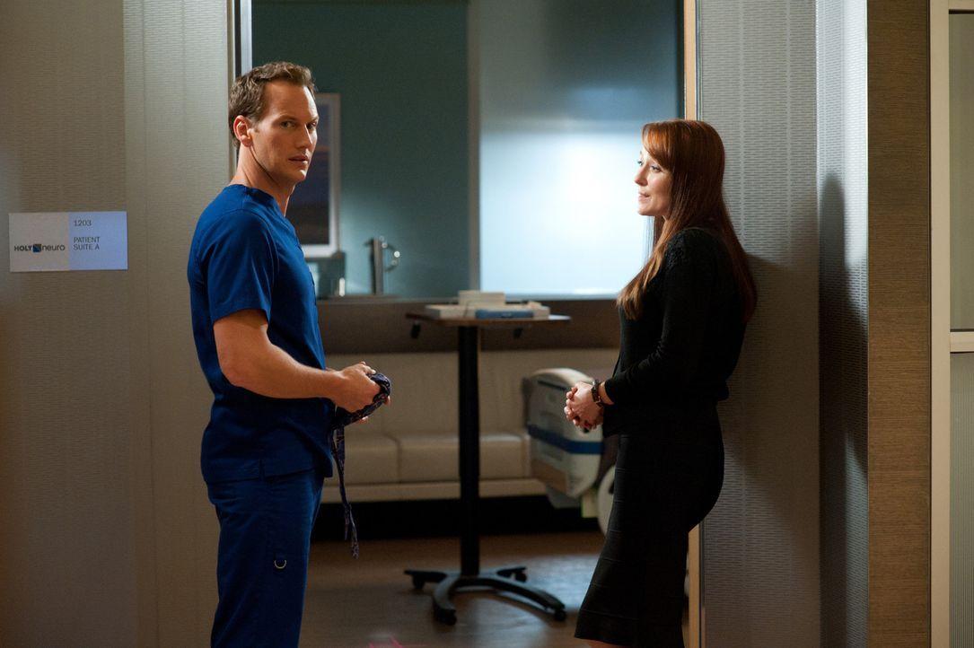 Der Tod eines Patienten geht Dr. Michael Holt (Patrick Wilson, l.) sehr nahe. Anna Paul (Jennifer Ehle, r.) versucht, ihm die Schuldgefühle zu nehm... - Bildquelle: 2011 CBS BROADCASTING INC. ALL RIGHTS RESERVED