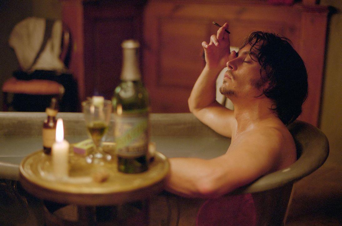 Inspector Frederick Abberline (Johnny Depp) versucht den Verlust seiner Frau und seiner Tochter in Opium zu ertränken. Zusätzlich treibt ihn sein ne... - Bildquelle: 2001 Twentieth Century Fox Film Corporation. All rights reserved.