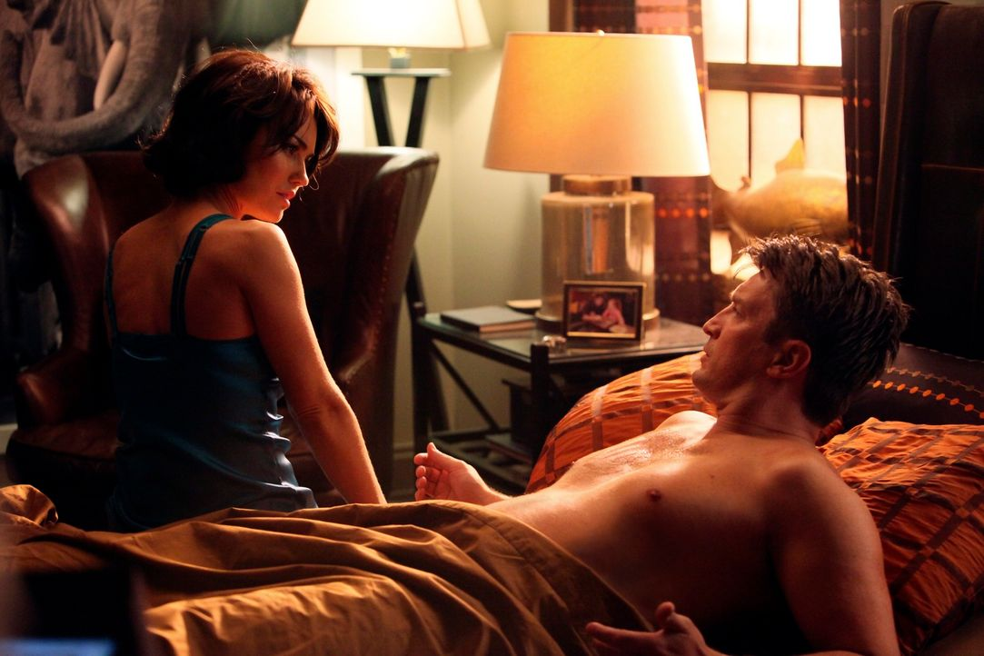 Schmeißt sich die Schauspielerin Ellie Monroe (Kelly Carlson, l.) wirklich nur an Castle (Nathan Fillion, r.) heran, um die Hauptrolle in der Nikki-... - Bildquelle: ABC Studios