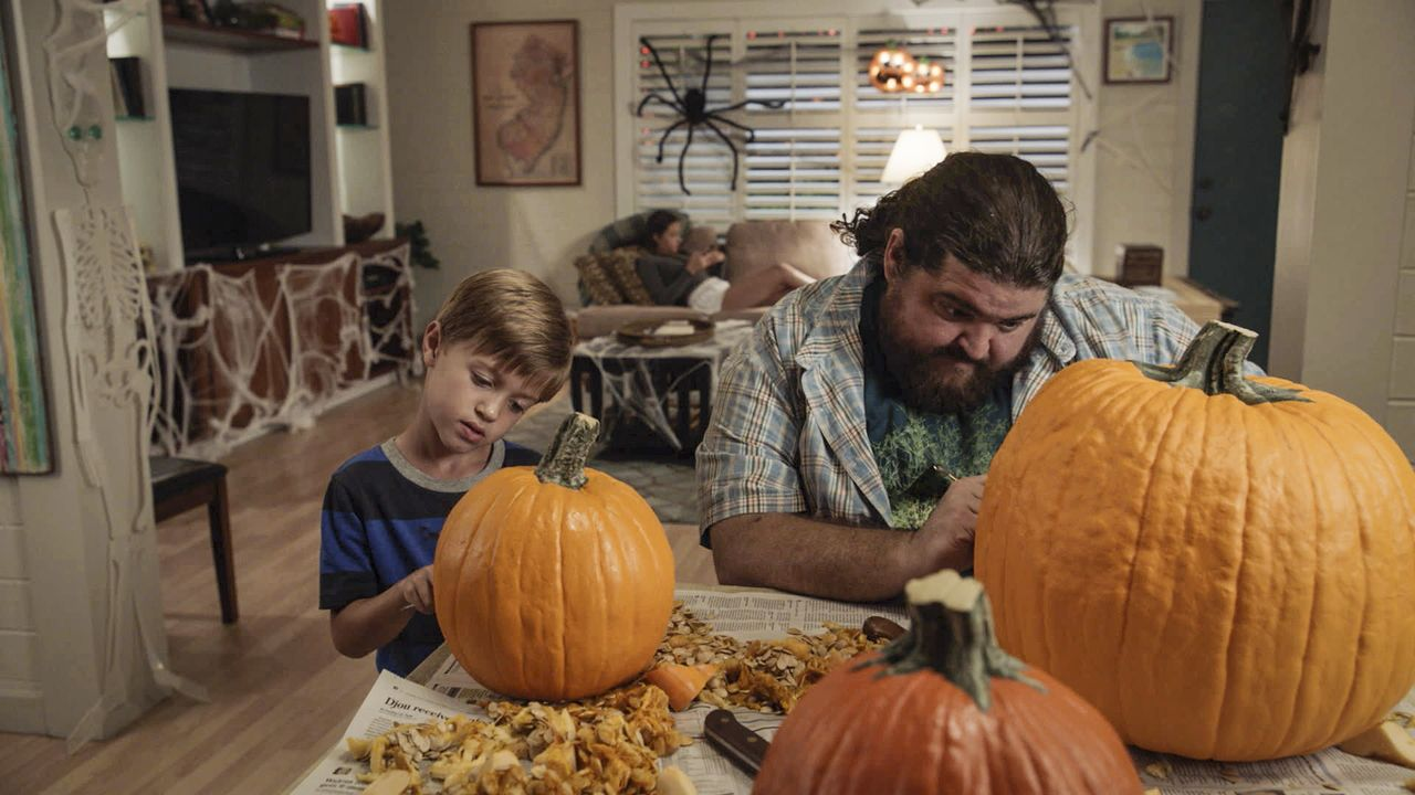 Mit jeder Menge Schabernack versucht Jerry (Jorge Garcia, r.), den kleinen Charlie (Zach Sulzbach, l.) an Halloween zu unterhalten ... - Bildquelle: Norman Shapiro 2016 CBS Broadcasting, Inc. All Rights Reserved / Norman Shapiro