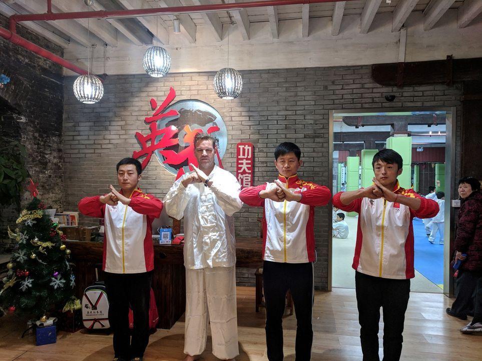 """""""Abenteuer Leben""""-Reporter und Globetrotter Kai Böcking (2.v.l.) macht in Shanghai den großen China-Check. Kann man in der 30 Millionen Metropole se... - Bildquelle: kabel eins"""