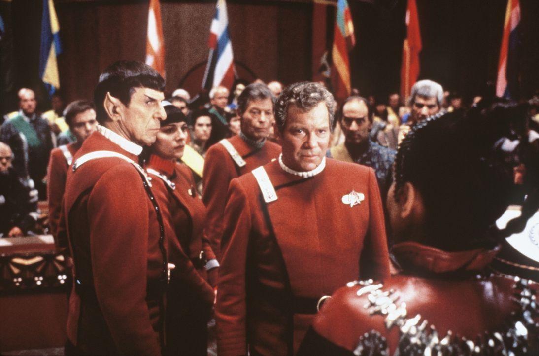 Captain Kirk (William Shatner, r.) und Mr. Spock (Leonard Nimoy, l.) sollen der Klingonischen Delegation unter Leitung von Kanzler Gorkon das Geleit... - Bildquelle: Paramount Pictures