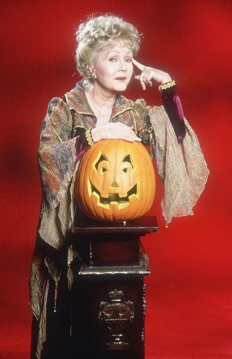 Als nach Aggie (Debbie Reynolds) nach Halloweentown zurückkehrt, traut sie ihren Augen kaum: Die einstige Fantasie-Stadt ist zu einem grauen Abbild... - Bildquelle: DISNEY