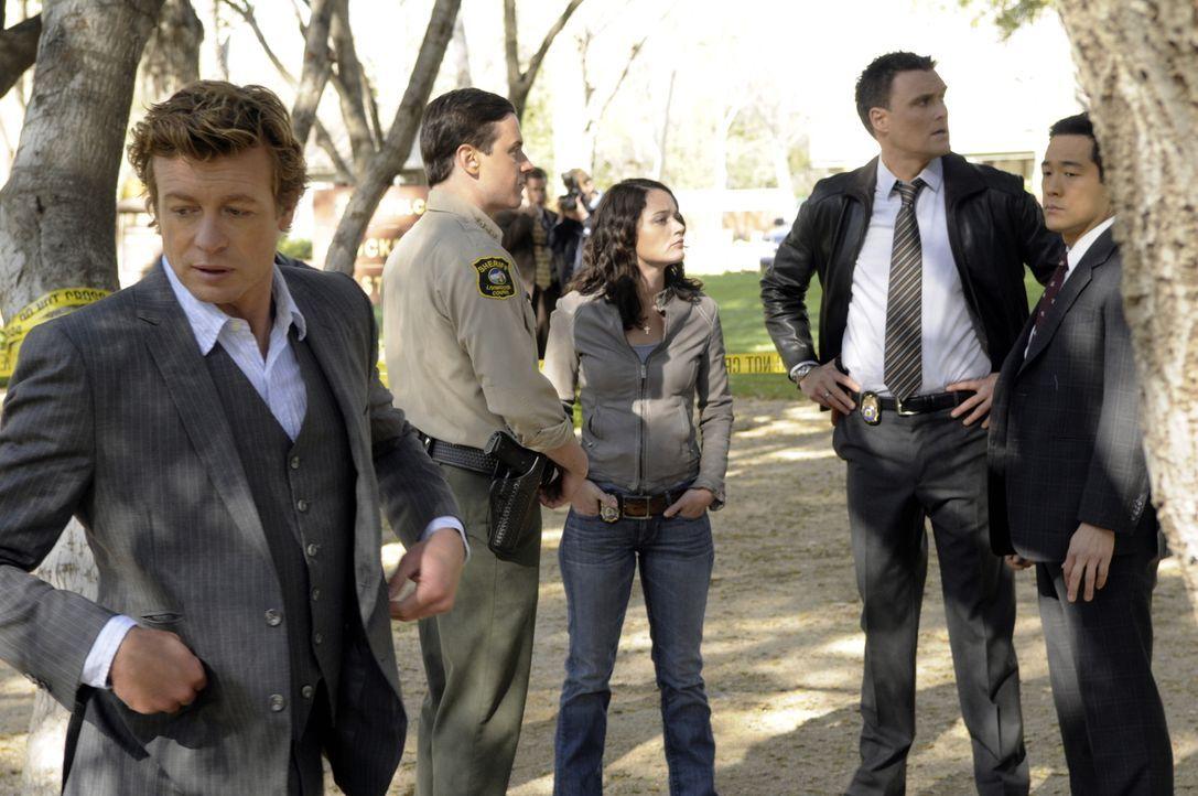 Ein neuer Mordfall beschäftigt Patrick (Simon Baker, l.) und seine Kollegen Grace, Teresa (Robin Tunney, M.), Kendall (Tim Kang, r.) und Wayne (Owai... - Bildquelle: Warner Bros. Television