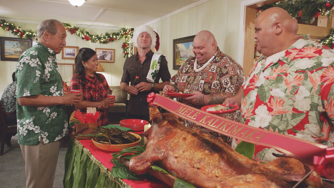 Feiern ein besonderes Weihnachtsfest: (v.l.n.r.) Duke Lukela (Dennis Chun), Dr. Noelani Cunha (Kimee Balmilero), McGarrett (Alex O'Loughlin), Flippa... - Bildquelle: 2017 CBS Broadcasting Inc. All Rights Reserved.