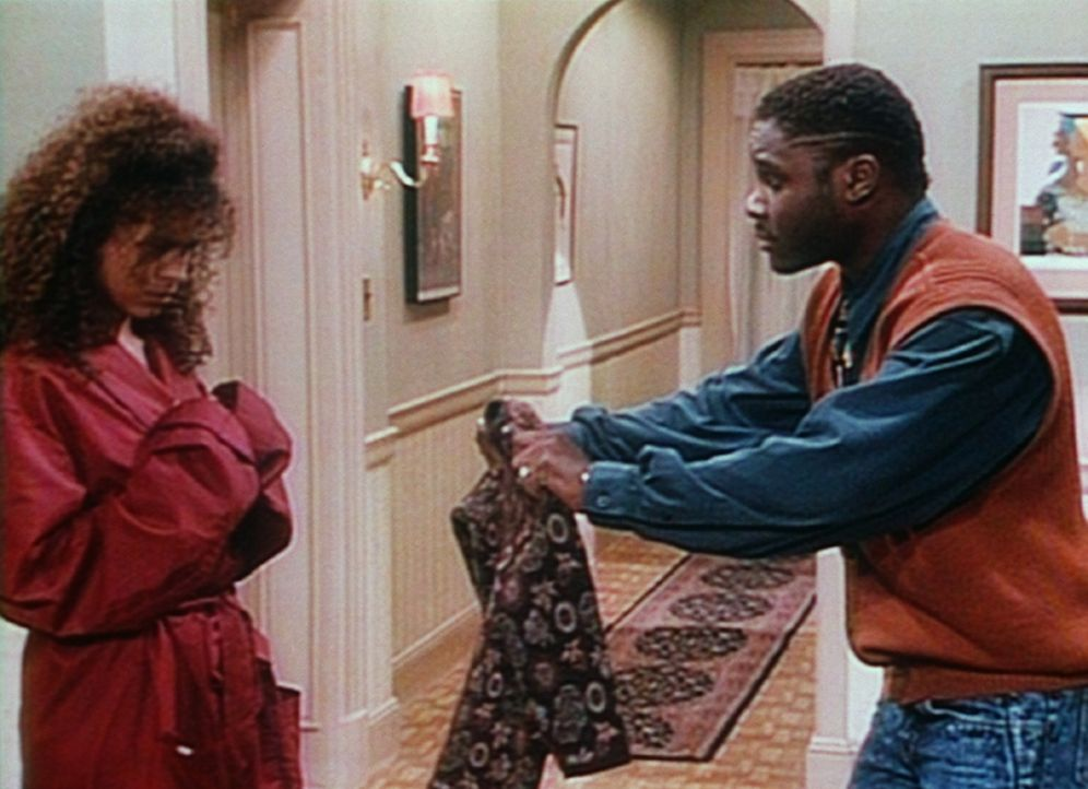 Ellens (Troy Beyer, l.) Pullover ist leider etwas eingelaufen, weil Theo (Malcolm-Jamal Warner, r.) nicht wusste, dass man Wolle nicht einfach in de... - Bildquelle: Viacom