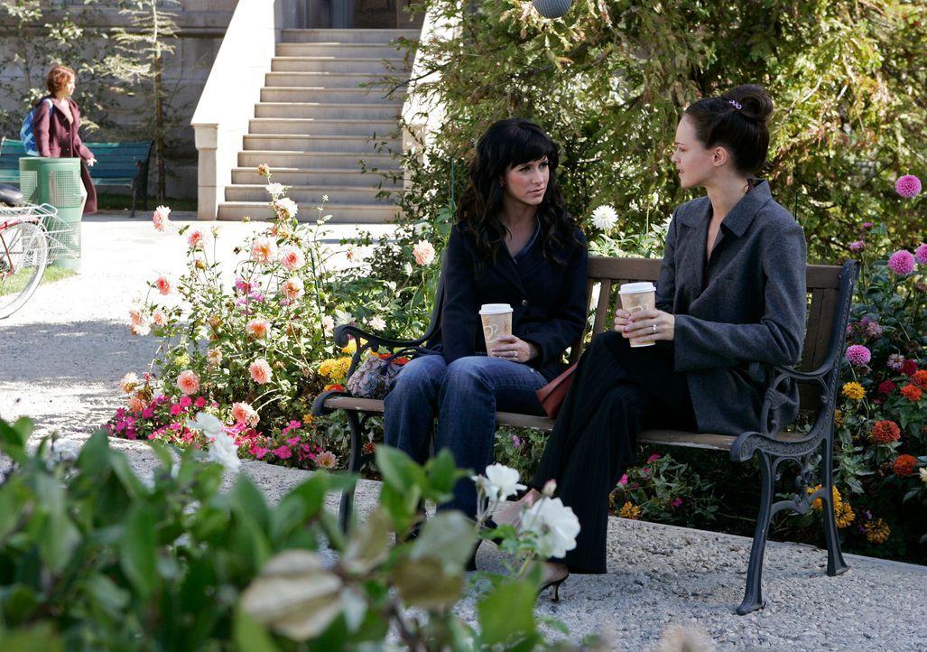 Lisa (Susan May Pratt, r.) wendet sich Hilfe suchend an Melinda (Jennifer Love Hewitt, l.). Sie will Mark heiraten - doch die beiden werden von der... - Bildquelle: ABC Studios