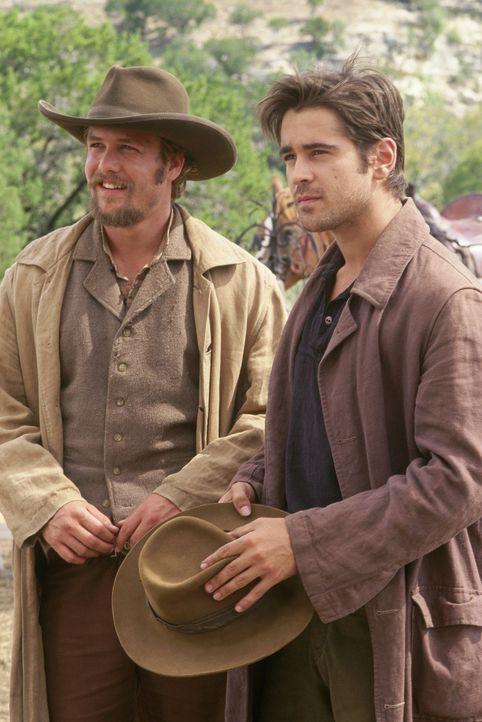 Gemeinsam mit ihren Freunden lehren die Brüder Frank (Gabriel Macht, l.) und Jesse James (Colin Farrell, r.) die Eisenbahngesellschaft das Fürchte... - Bildquelle: Warner Bros.