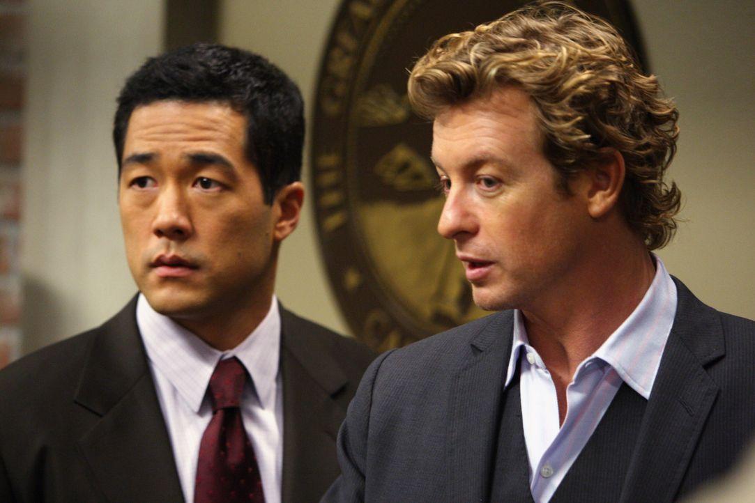 Während eines Verhörs durch Agent Cho (Tim Kang, l.) gesteht Rick den Mord an Mary Beth Hendrix. Der Fall scheint aufgeklärt, doch Patrick (Simon Ba... - Bildquelle: Warner Bros. Television