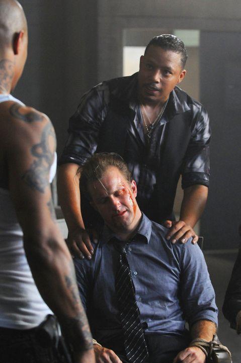 New Jersey 2001: Ray (T.I., l.) und Billy (Terrence Howard, r.) setzen Danny (Scott Caan, M.) gehörig zu ... - Bildquelle: 2012 CBS Broadcasting, Inc. All Rights Reserved.