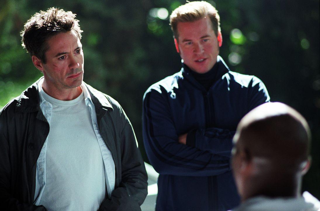 Kleinganove Harry Lockhart (Robert Downey Jr., l.) soll zur Vorbereitung auf eine Filmrolle als Detektiv den realen privaten Ermittler Perry (Val Ki... - Bildquelle: 2015 © Warner Brothers