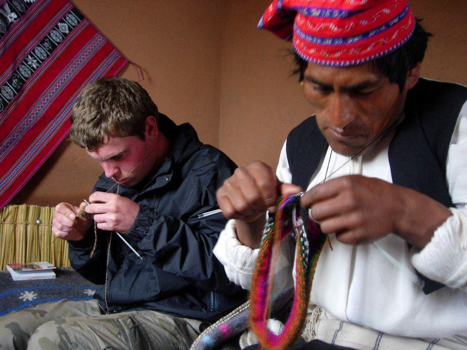 Mit Stricken hatte der 16-jährige Max (l.) bisher nichts am Hut, doch in Peru muss er es wohl oder übel lernen ... - Bildquelle: kabel eins