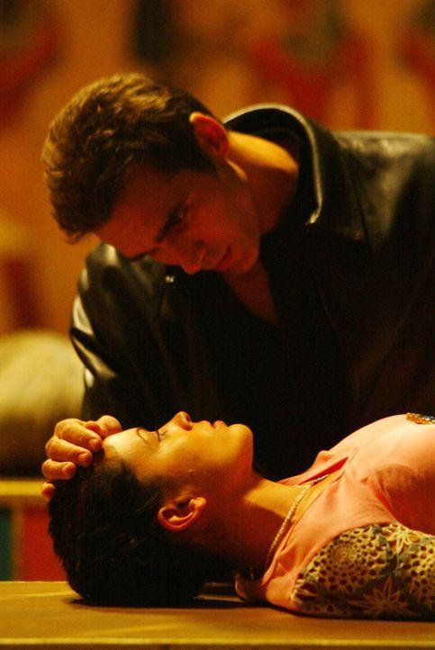 In Phoebe (Alyssa Milano, unten) hat Jeric (Adrian Paul, oben) den Körper für die Seele seiner Geliebten gefunden ... - Bildquelle: Paramount International Television