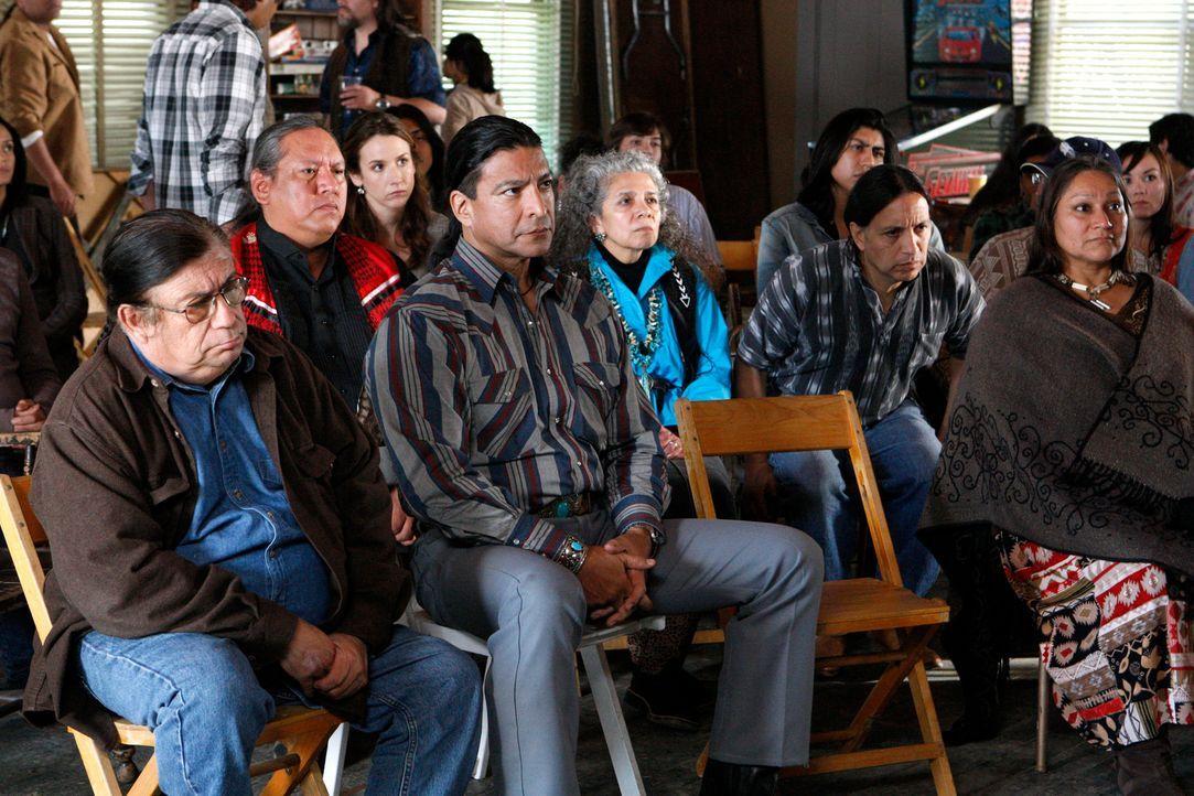 Einer der Ermordeten wird als Indianer aus einem nahegelegenen Reservat identifiziert und auf der Suche nach einem Motiv wird auch dort ermittelt. D... - Bildquelle: Warner Bros. Television