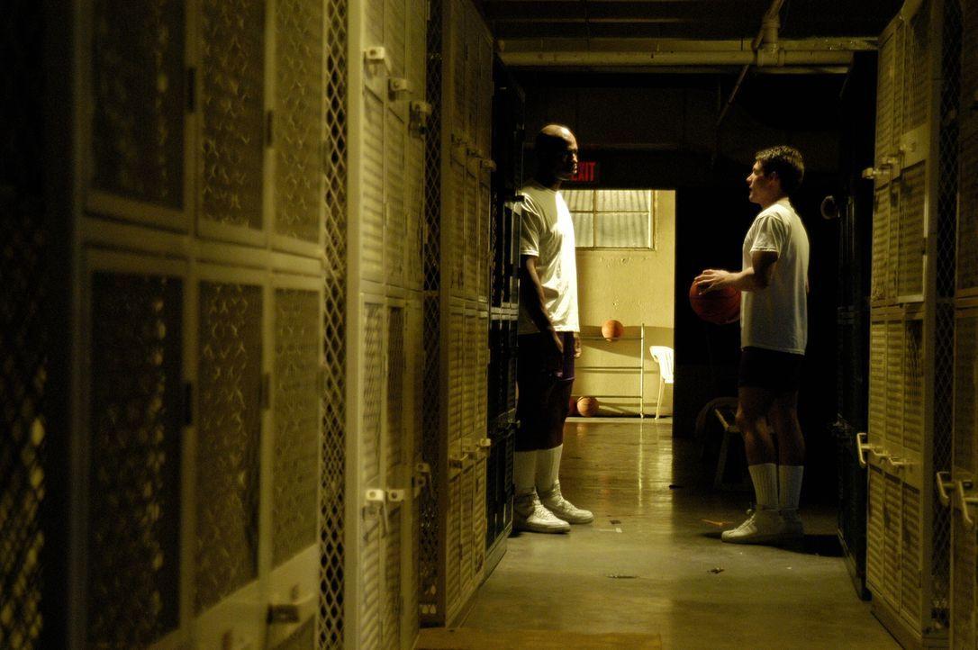 Was geschah wirklich im Jahre 1987, als Herman Lester (Mehcad Brooks, l.), der Basketballstar der Philadelphia Highschool ermordet wurde? - Bildquelle: Warner Bros. Television