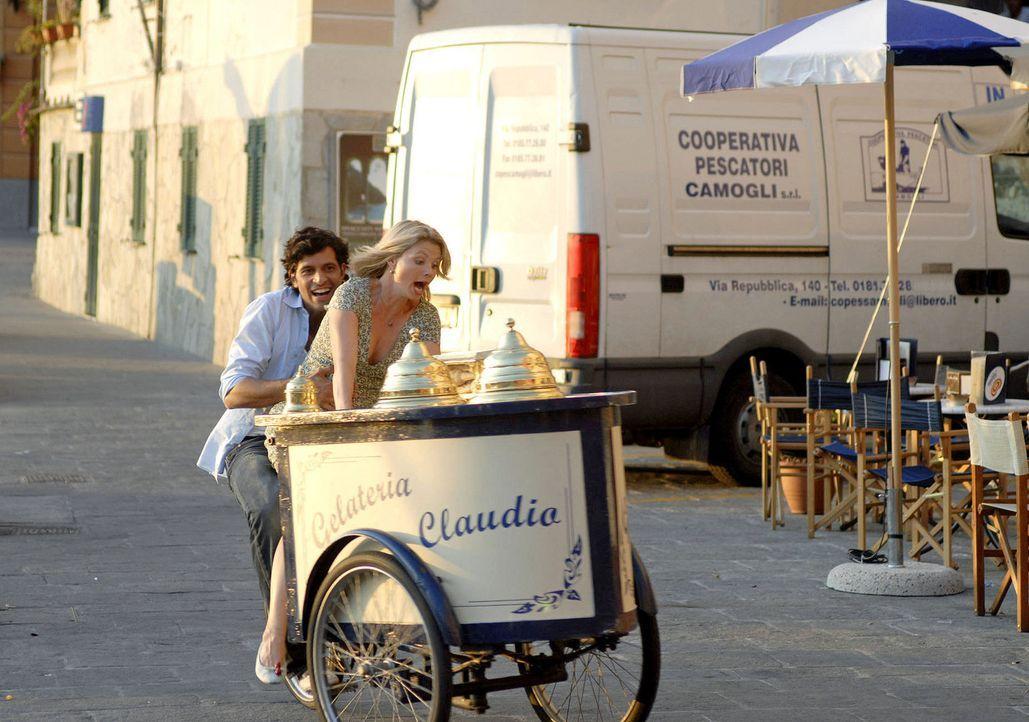 Zwei, die sich näher kommen: Fabio (Pasquale Aleardi, l.) und Lissy (Annette Frier, r.). - Bildquelle: Hardy Brackmann Sat.1