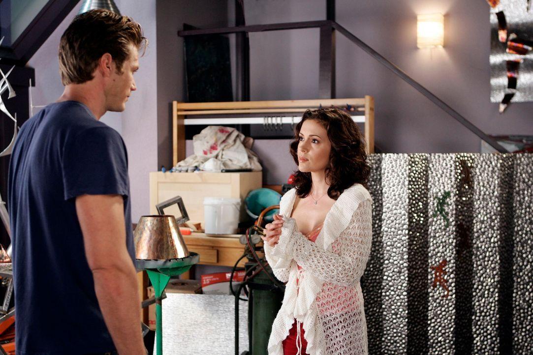 Phoebe (Alyssa Milano, r.) muss Dex (Jason Lewis, l.) was wichtiges sagen, doch er will nichts mehr mit ihr zu tun haben, nachdem er erfahren hat, d... - Bildquelle: Paramount Pictures
