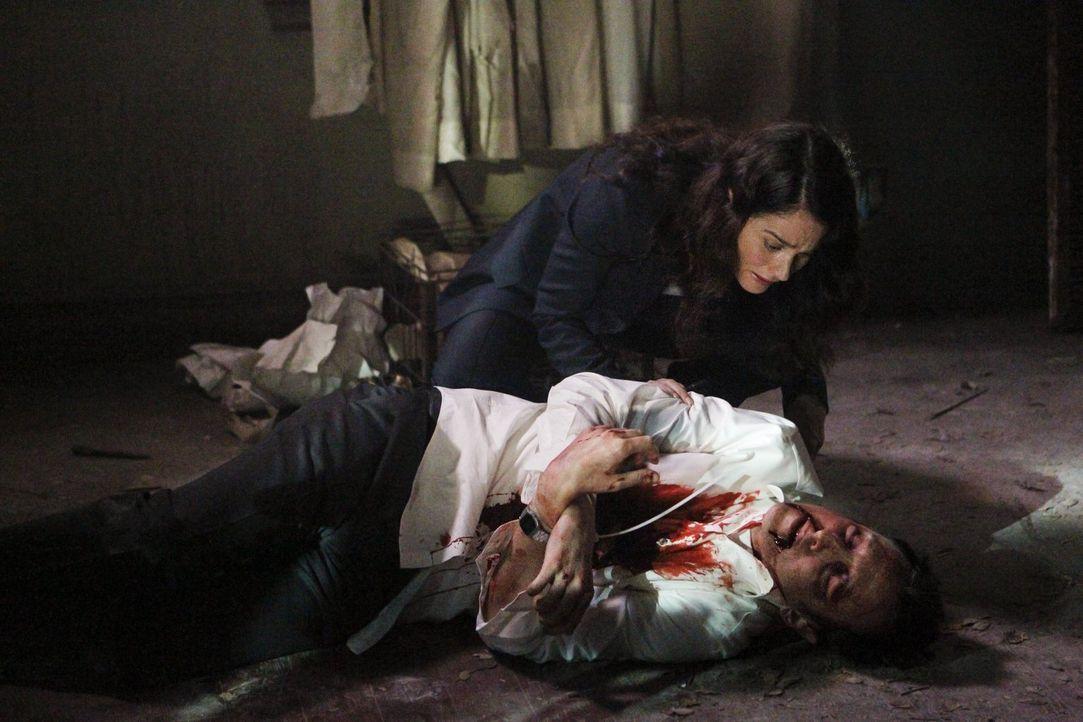 Gemeinsam mit Patrick Jane untersucht Teresa Lisbon (Robin Tunney, hinten) den Mord an einem Mann, der zwei Jahre als vermisst galt ... - Bildquelle: Warner Bros. Television