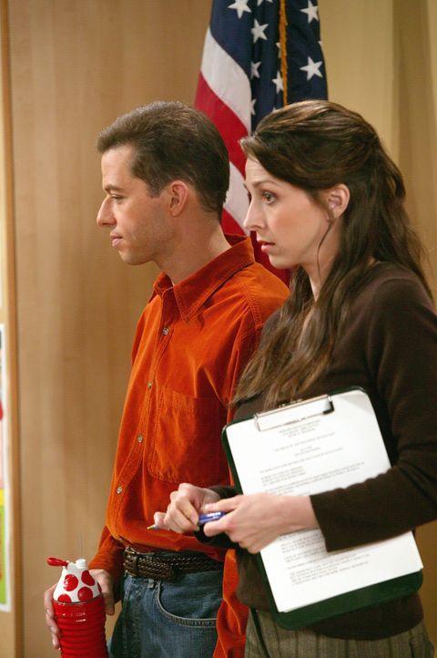 Alan (Jon Cryer, l.) und seine von ihm getrennt lebende Frau Judith (Marin Hinkle, r.) suchen während eines Elternabends ihres Sohnes Jake einen Fr... - Bildquelle: Warner Brothers Entertainment Inc.