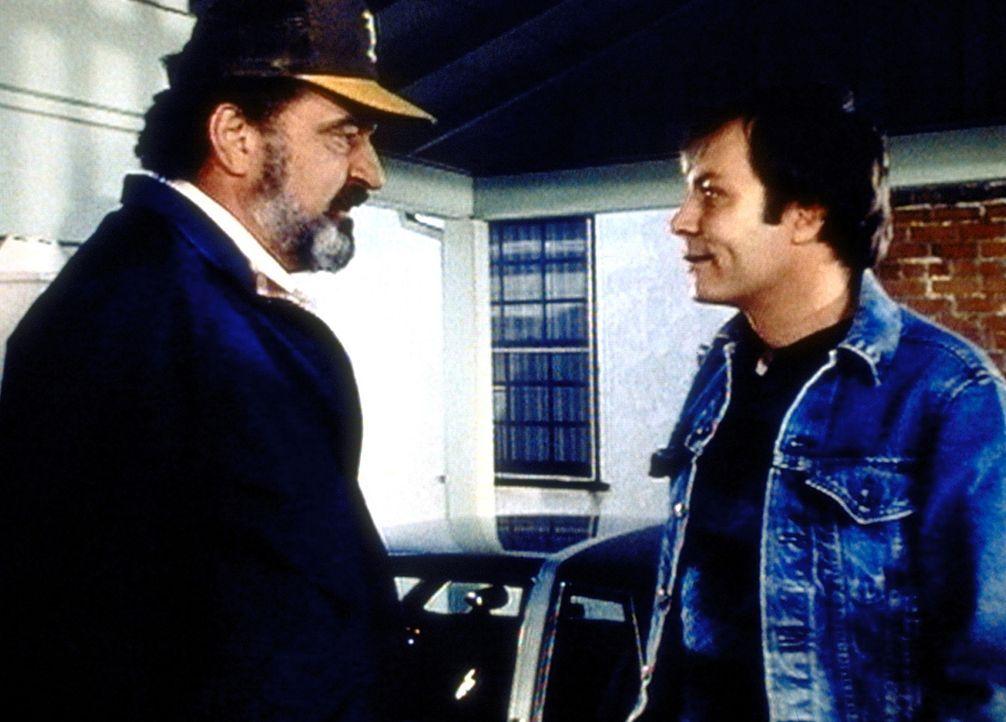 Mark (Victor French, l.) bittet Joes ehemaligen Kriegskameraden Patrick um Hilfe. - Bildquelle: Worldvision Enterprises, Inc.