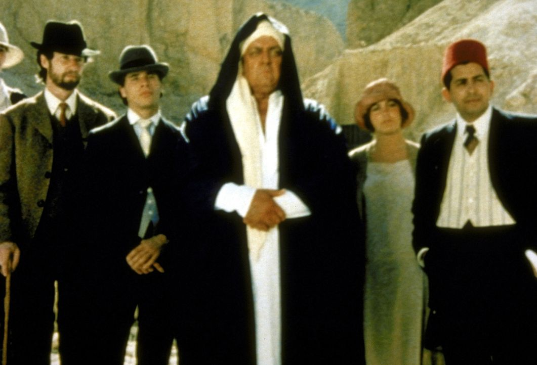 Der skrupellose Kunstsammler Jonash Sabastian (Raymond Burr, M.) geht sogar über Leichen, um an den legendären Sarkophag des Tut-Ench-Amun zu gela... - Bildquelle: Columbia Pictures