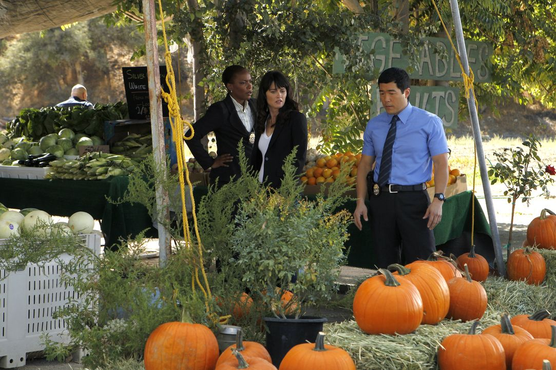 Patrick wird entführt. Teresa (Robin Tunney, M.), Madeleine (Aunjanue Ellis, l.) und Kimball (Tim Kang, r.) nehmen sich die Fälle vor, an denen er m... - Bildquelle: Warner Bros. Television