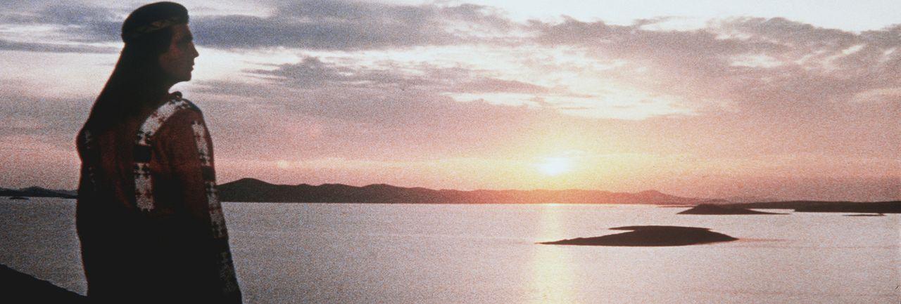 Winnetou (Pierre Brice) genießt den Sonnenuntergang. Noch ahnt er nicht, dass dies der letzte sein wird ... - Bildquelle: Columbia Pictures