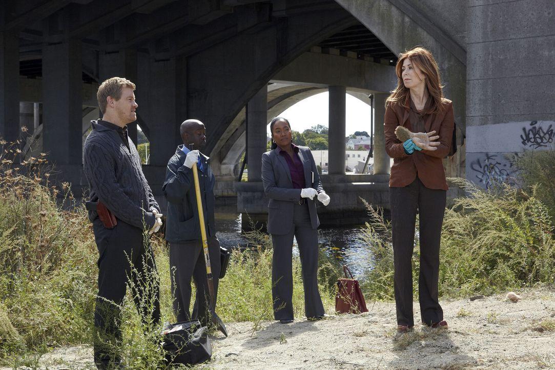 Auf einem Feldweg werden eine Hand und ein Fuß einer zerstückelten Leiche gefunden. Megan (Dana Delany, r.), Peter (Nicholas Bishop, l.) und Samanth... - Bildquelle: ABC Studios