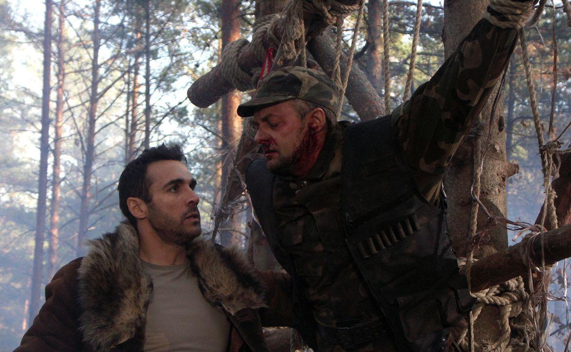 Als Duncan (Adrian Paul, l.) den gefesselten und misshandelten Sicherheitsbediensteten (Sakalas Uzdavinys, r.) im Wald findet, ist ihm klar, er komm... - Bildquelle: Lions Gate Films