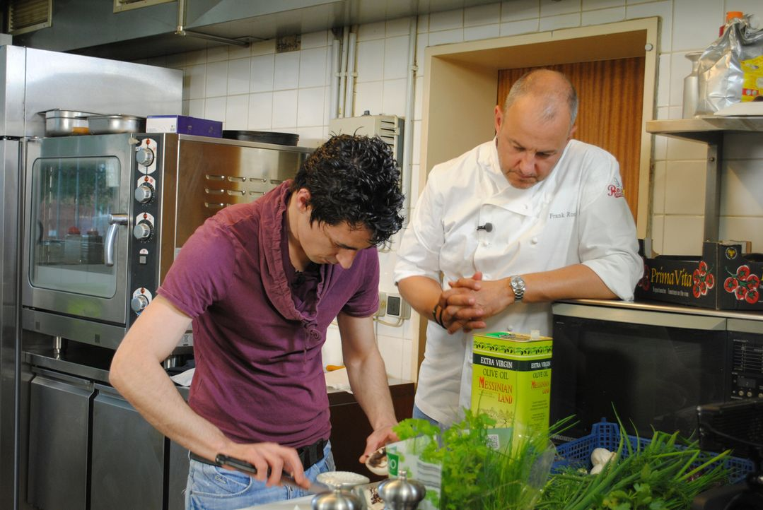 Frank Rosin (r.) beobachtet Küchenhilfe und Schwiegersohn Alexios Mokos (l.) beim Zubereiten der gefüllten Champignons ... - Bildquelle: kabel eins