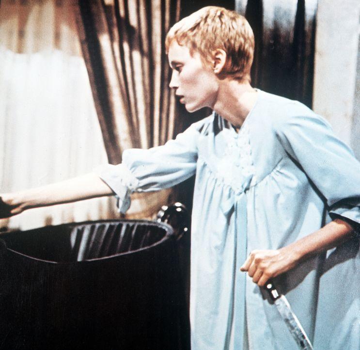 Mit einem Messer in der Hand hat sich Rosemarie (Mia Farrow) ihren Weg durch die Teufelsanbeter gebahnt. Sie tritt an die schwarze Wiege, in der ihr... - Bildquelle: Paramount Pictures
