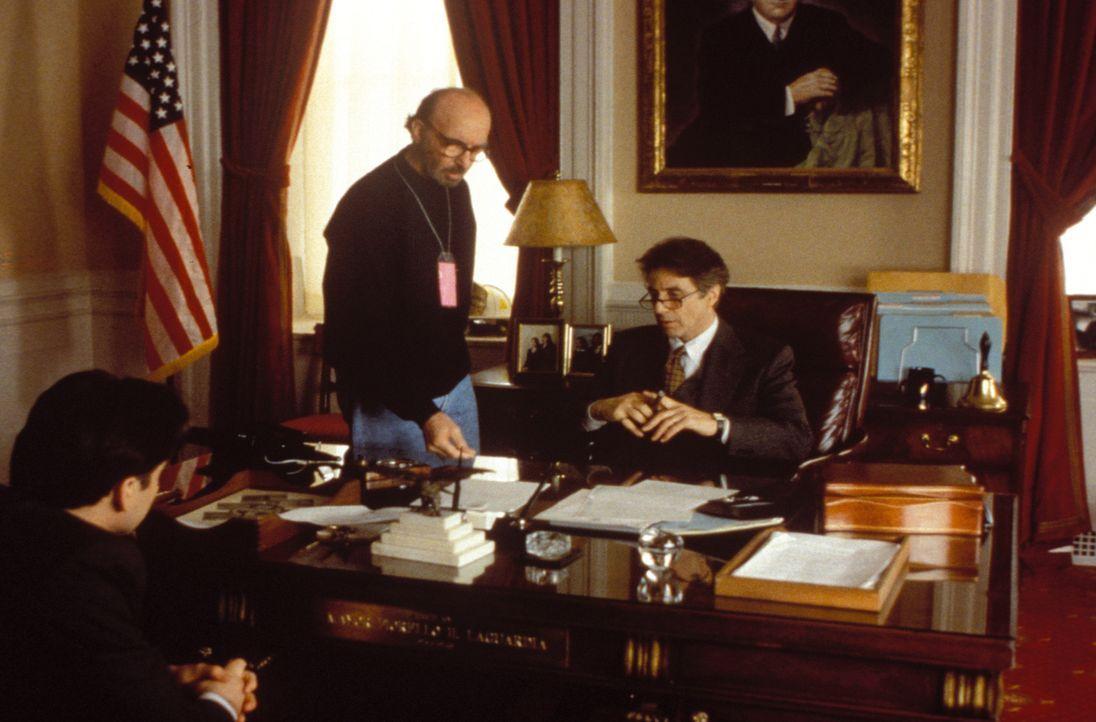 Hinter den Kulissen: Regisseur Harold Becker, M. gibt Al Pacino, r. und John Cusack, l. letzte Anweisungen. - Bildquelle: Warner Bros. Television