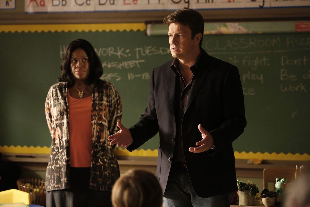 Zusammen mit der Lehrerin Mrs. Leslie Ruiz (Michael Hyatt, l.) versucht Castle (Nathan Fillion, r.) den Kindern zu erklären, warum er ihre Hilfe bra... - Bildquelle: Nicole Wilder ABC Studios