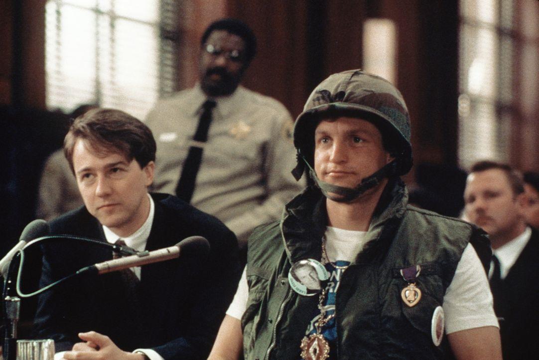 Immer wieder provoziert Larry Flynt (Woody Harrelson, r.) die Gerichte auf jede erdenkliche Weise. Sein Verteidiger Alan Isaacman (Edward Norton, l.... - Bildquelle: Columbia Pictures