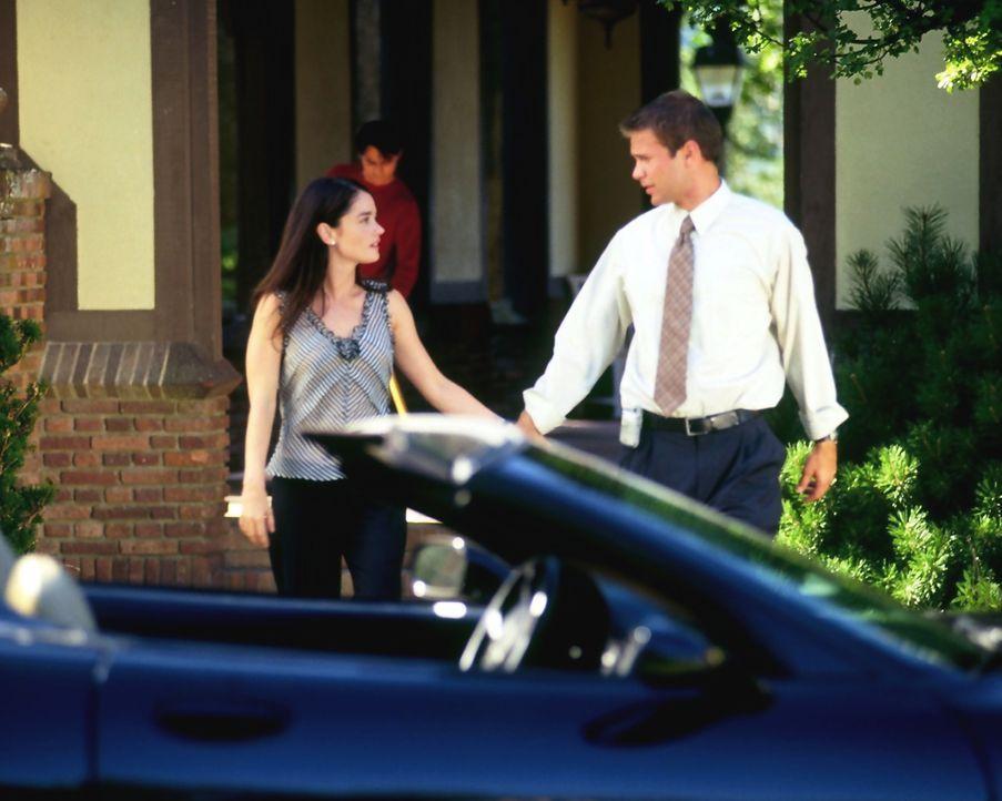 Noch führen Harrison French (Matthew Davis, r.) und seine Frau Wynn (Robin Tunney, l.) ein normales Leben, doch das soll sich schon bald ändern ... - Bildquelle: Nu Image Films