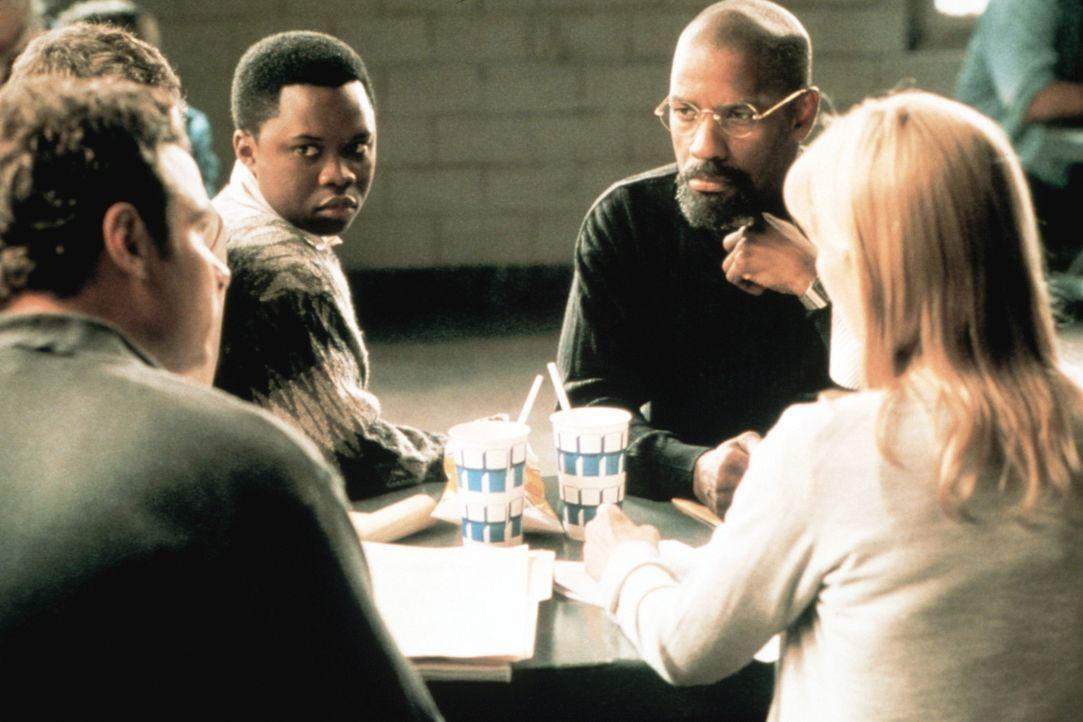 Sam (Liev Schreiber, vorne l.), der junge Lesra (Vicellous Reon Shannon, hinten l.) und Lisa (Deborah Kara Unger, r.) wollen für den unschuldig veru... - Bildquelle: BEACOM