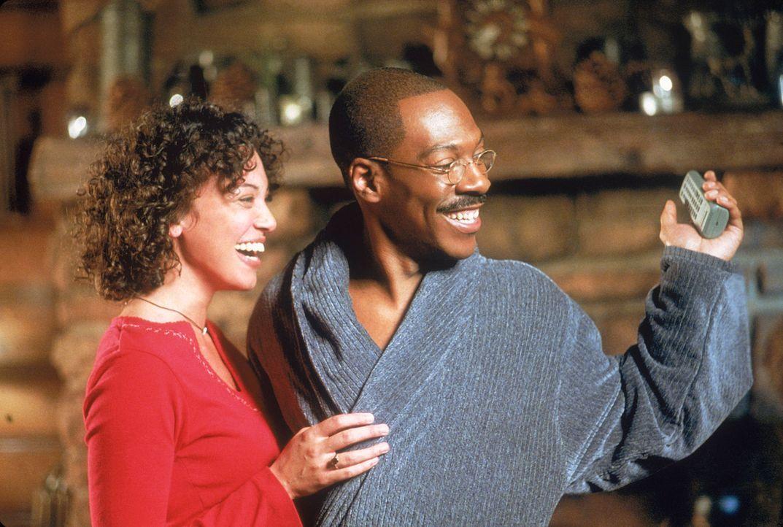 Ein Herz und eine Seele: Dr. Dolittle (Eddie Murphy, r.) und seine Frau Lisa (Kristen Wilson, l.) ... - Bildquelle: 1998 Twentieth Century Fox Film Corporation. All rights reserved.