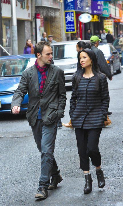 Während Sherlock Holmes (Jonny Lee Miller, l.) in einem neuen Fall ermittelt, erhält Joan Watson (Lucy Liu, r.) einen Anruf von Liam Danow, einem fr... - Bildquelle: CBS Television