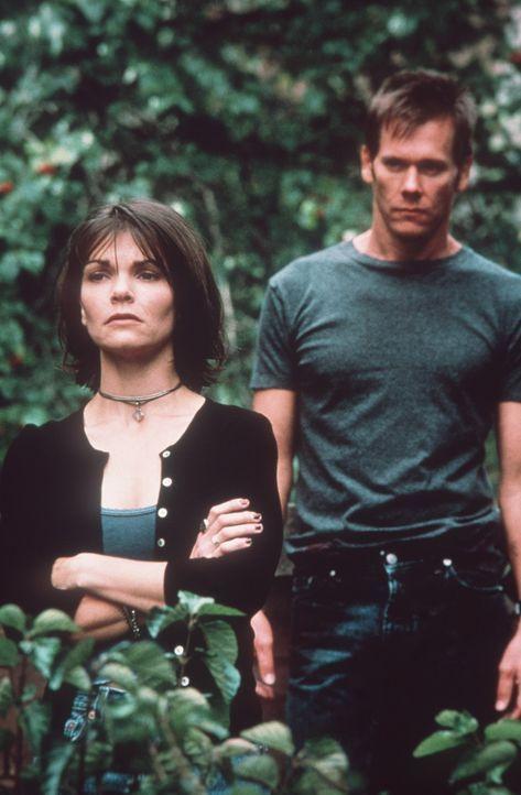Die Beziehung zwischen dem zunehmend besessenen Tom (Kevin Bacon, r.) und seiner hübschen Frau Maggie (Kathryn Erbe, l.) ist einer enormen Zerreiß... - Bildquelle: 20th Century Fox