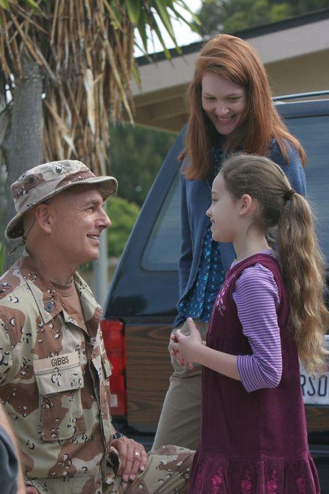 Während Gibbs (Mark Harmon, l.) im Koma liegt, träumt er von früheren Zeiten, als seine Frau (Darby Stanchfield, M.) und seine Tochter (Mary Mouser,... - Bildquelle: CBS Television