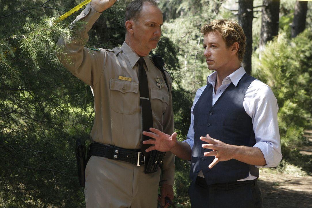 Als auf einem Waldweg nahe einer Kleinstadt ein Fahrer eines Lieferwagens die Leiche einer erstochenen jungen Frau findet, wird Patrick Jane (Simon... - Bildquelle: Warner Bros. Television