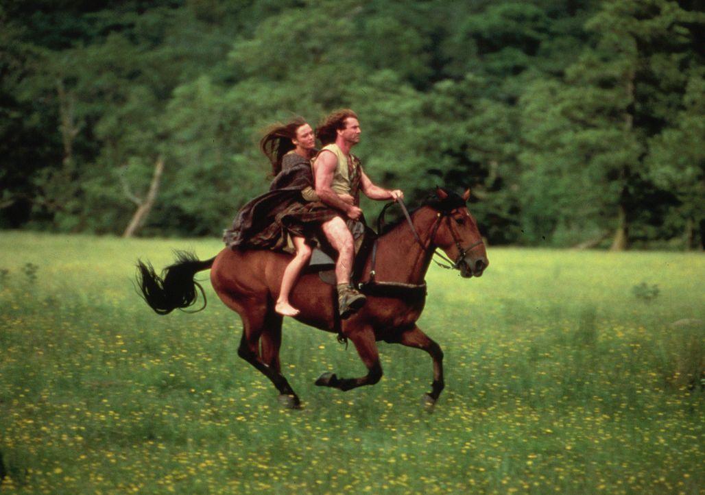 Als Mann herangewachsen kehrt William Wallace (Mel Gibson, r.) in sein Heimatdorf zurück, wo er von alten Freunden herzlich empfangen wird. Dort tr... - Bildquelle: Paramount Pictures
