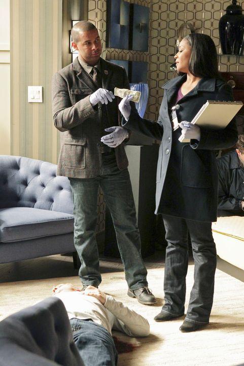 Der Multimillionär Jay Hixton wird in seiner Wohnung erschossen aufgefunden: Javier Esposito (Jon Huertas, l.) und Lanie Parish (Tamala Jones, r.) u... - Bildquelle: ABC Studios