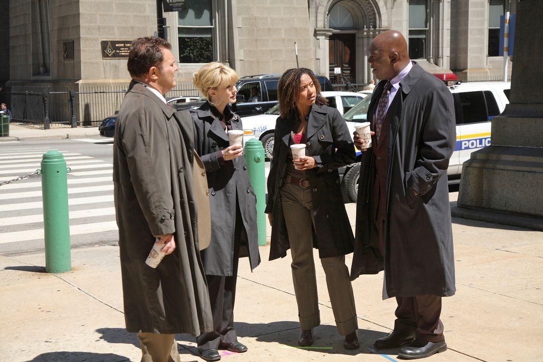 Die Detektivin Lilly (Kathryn Morris, 2.v.l.) und ihr Team (Jeremy Ratchford, l., Tracie Thoms, 2.v.r. und Thom Barry, r.) untersuchen den Mord des... - Bildquelle: Warner Bros. Television