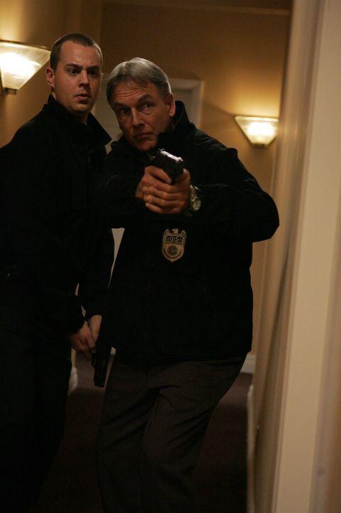 Tony und Ziva sind in großer Gefahr - werden McGee (Sean Murray, l.) und Gibbs (Mark Harmon, r.) noch rechtzeitig kommen? - Bildquelle: TM &   2006 CBS Studios Inc. All Rights Reserved.