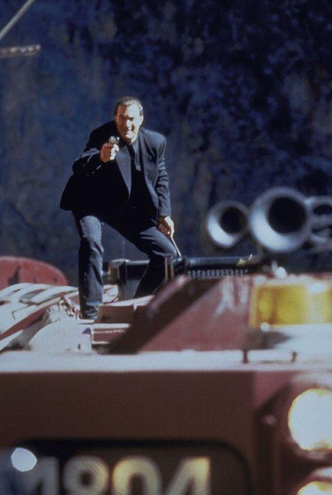 Die Zugfahrt in den Urlaub entwickelt sich für Casey (Steven Seagal) zum tödlichen Katz- und Mausspiel. Doch gegen die rücksichtslosen Terroristen s... - Bildquelle: Warner Bros.