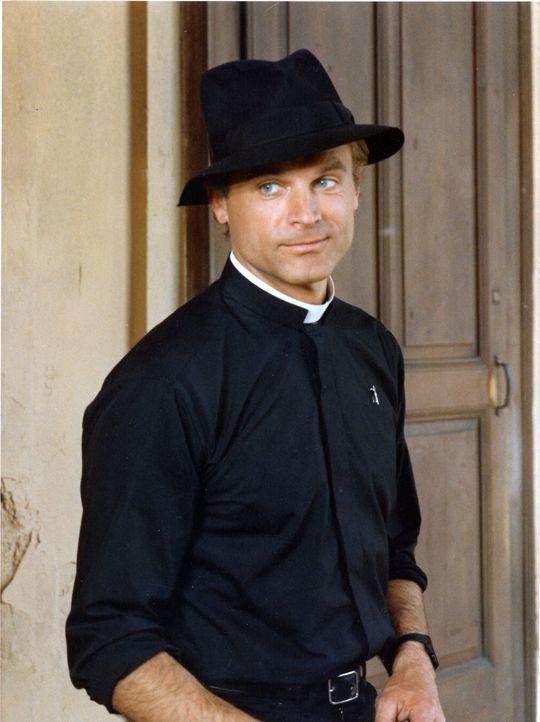 Don Camillo (Terence Hill), ein listiger und schlagkräftiger Gemeindepfarrer, liefert sich einen Machtkampf mit dem kommunistischen Bürgermeister... - Bildquelle: Paloma Films