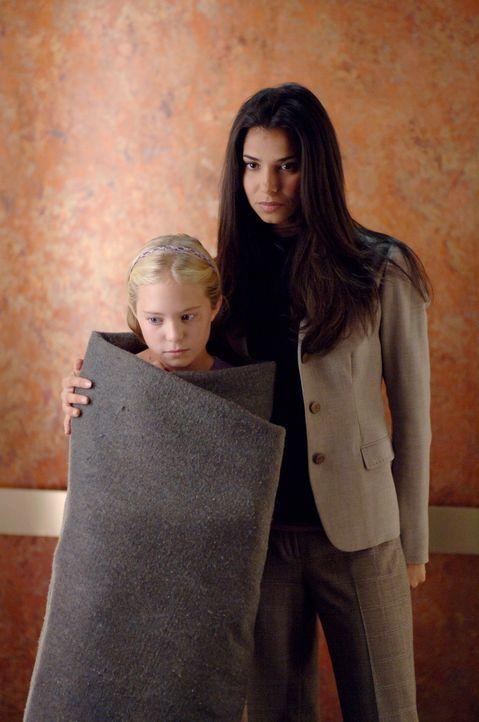 Wird Melissa (Danielle Chuchran, l.) das Erlebte jemals verarbeiten können? Elena (Roselyn Sanchez, r.) kümmert sich um das kleine Mädchen ... - Bildquelle: Warner Bros. Entertainment Inc.