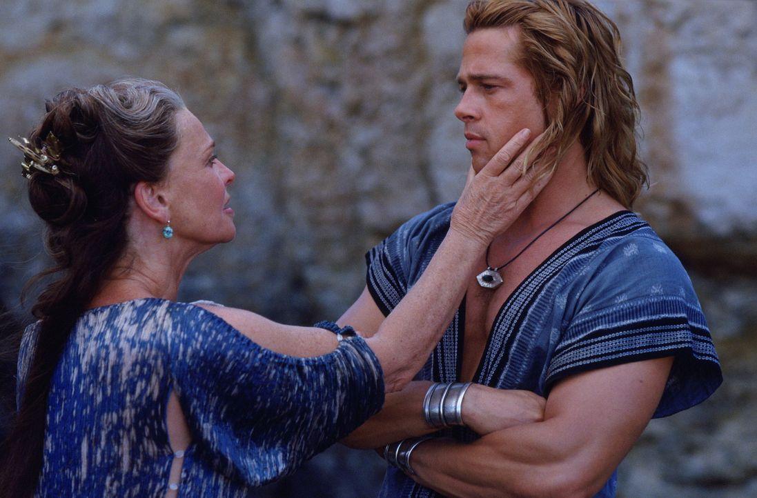 Lässt Achilles (Brad Pitt, r.) nur ungern wieder in den Krieg ziehen: seine Mutter Thetis (Julie Christie , l.) ... - Bildquelle: Warner Brothers International Television