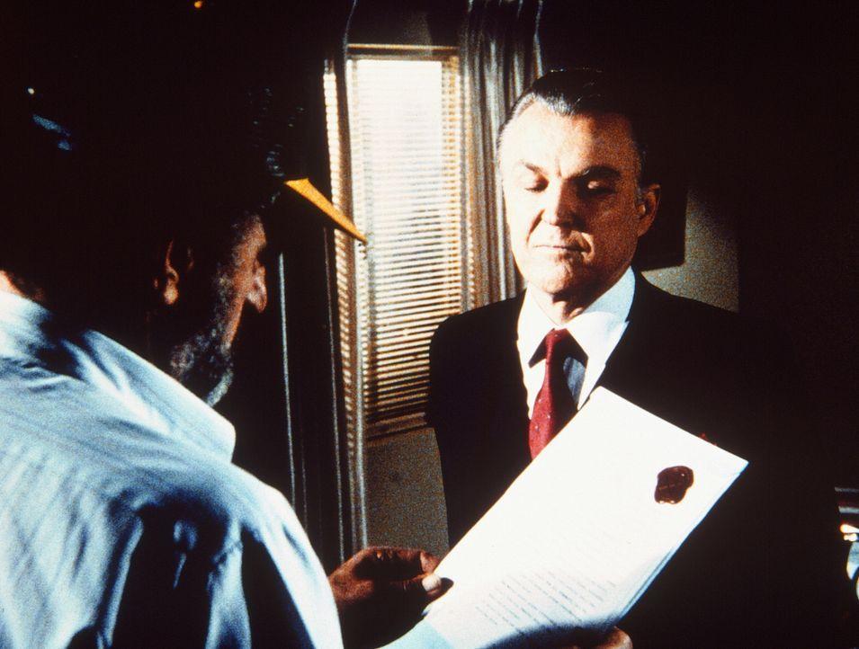 Der sonderbare Dr. Stone (Anthony Zerbe, r.) überreicht seine Rechnung - einen Vertrag, mit dem Mark (Victor French, l.) seine Seele dem Teufel ver... - Bildquelle: Worldvision Enterprises, Inc.